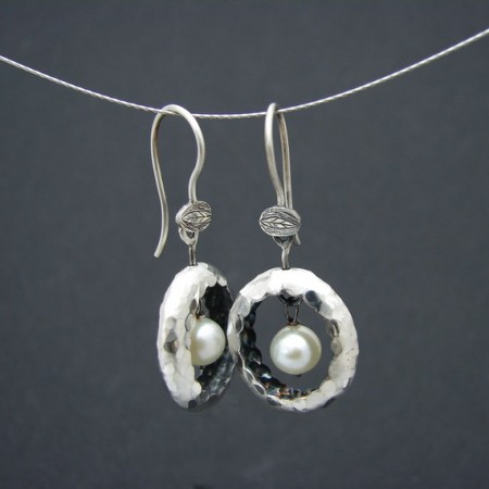 white nest earrings with natural hanged pearls